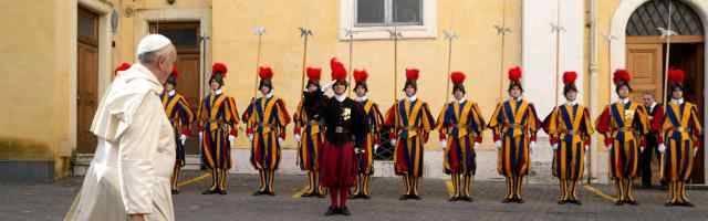 El Papa Francisco pasa ante la Guardia Suiza... con tres documentos ha reestructurado la forma de combatir contra abusos a menores en el Vaticano