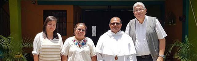 El sacerdote mercedario Dionisio Báez con algunos de sus colaboradores más cercanos