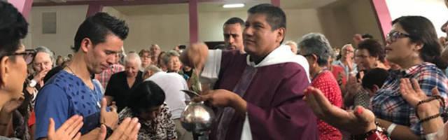 El P. René Cari bendiciendo a los fieles de su parroquia