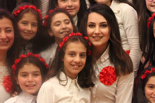 Miriam Toubal con algunas niñas de su Coro de Alepo