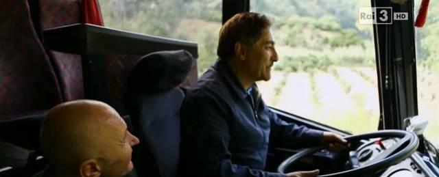 Bartolo conduce el autobús con el que va recogiendo a los pobres e inmigrantes que son explotados en la zona de Calabria y así poder darles comida y apoyo espiritual