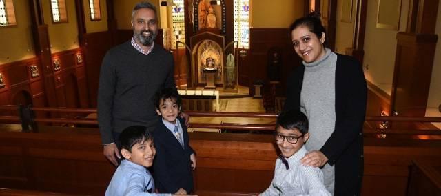 La familia Patel será bautizada en pleno en la Vigilia Pascual en una iglesia de Bethesda (EEUU) / Leslie Kossoff