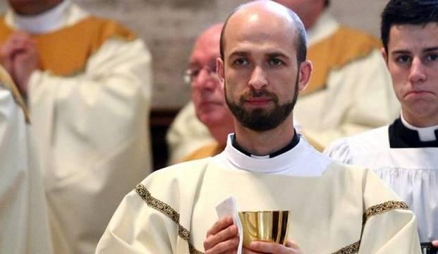 Francesco es natural de Asís, al igual que el santo por el que lleva su nombre. Tras convetirse en Tierra Santa será sacerdote en EEUU