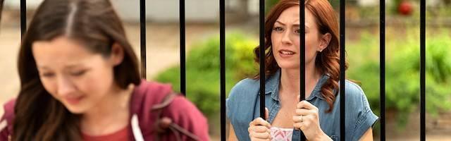Una escena de «Unplanned»: Abby Johnson (interpretada por Ashley Bratcher), quien ya ha «visto» lo que es el aborto, intenta convencer a una madre de que no mate a su hijo, a las puertas del abortorio donde ella misma organizaba esas muertes.