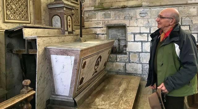 Pierre Houcke, ante el altar donde realizó el hallazgo. Foto: Jeanne Casard / Le Parisien.