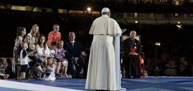 Damien, Mary y sus diez hijos escuchan al Papa Francisco durante su visita a Irlanda