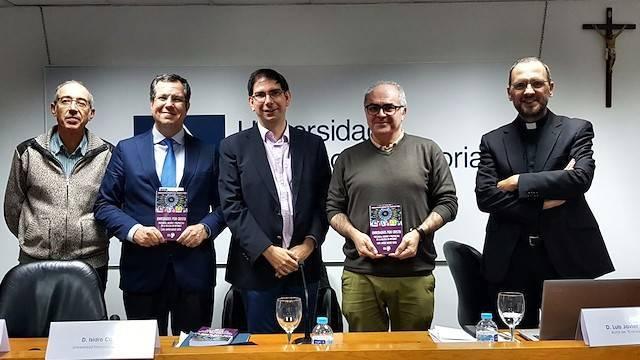 De izquierda a derecha, el editor Enrique Chuvieco, Álex Rosal, director de ReL, Isidro Catela, el autor del libro, Luis Javier Moxó, y el sacedote Josetxo Vera.