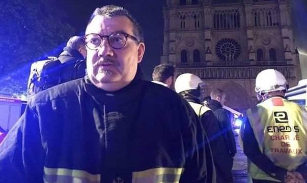El padre Fournier, considerado un héroe para los parisinos, es el capellán del Cuerpo de Bomberos de París