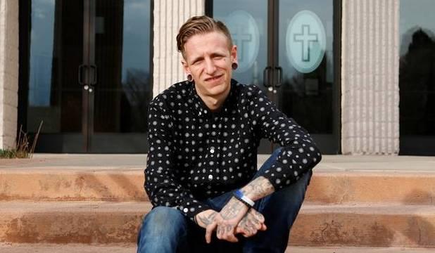 Charles Carlson fue a misa con sus pendientes y tatuajes y aspecto peculiar, se sintió acogido y quiso saberlo todo sobre la liturgia