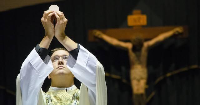 Las palabras del sacerdote convierten el pan y el vino en el Cuerpo y la Sangre del Señor: en la misa el sacrificio del Calvario  no se representa ni se rememora, se renueva.