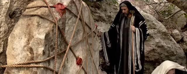 La tumba de Cristo, con los sellos puestos por las autoridades romanas, en una escena de «Resucitado» (2016), de Kevin Reynolds, interpretada por Joseph Fiennes.