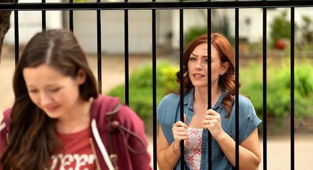 Escena de «Unplanned» en la que Abby Johnson (interpretada por Ashley Bratcher), después de dejar Planned Parenthood, intenta convencer a una madre, a las puertas del abortorio en el que trabajó, para que no aborte.