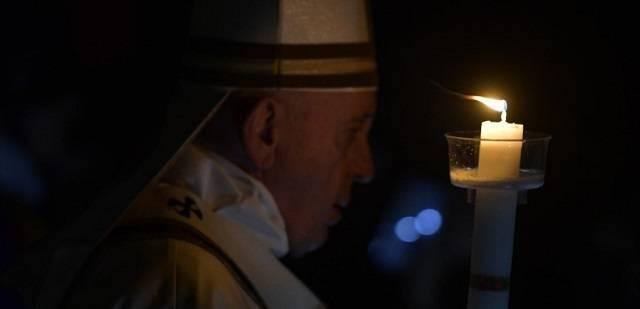 El Papa Francisco durante el lucernario de la Vigilia Pascual que celebró en San Pedro / Vatican Media