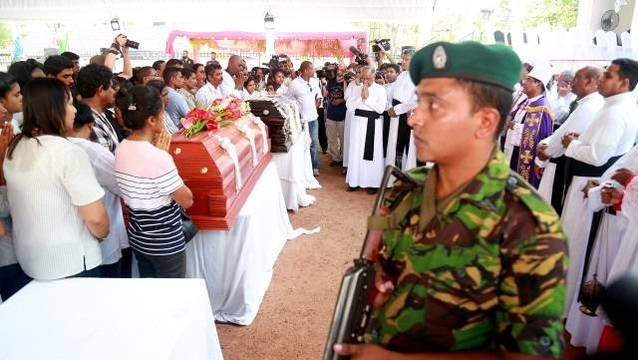 Primeros funerales, con mucha vigilancia y el cardenal de Colombo, en la parroquia de San Sebastián, tras los atentados de Pascua