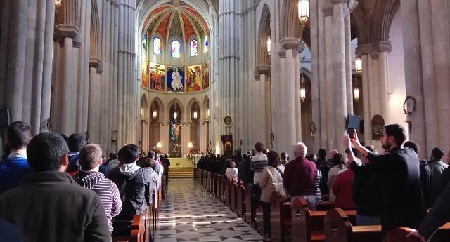 Los seminaristas de los Redemptoris Mater de Madrid y Portugal, este martes en la catedral de la Almudena