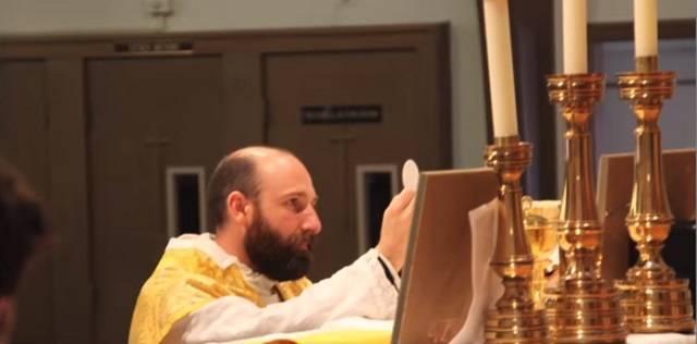 Christopher fue tocado fuertemente por Dios por primera vez ante Cristo Eucaristía