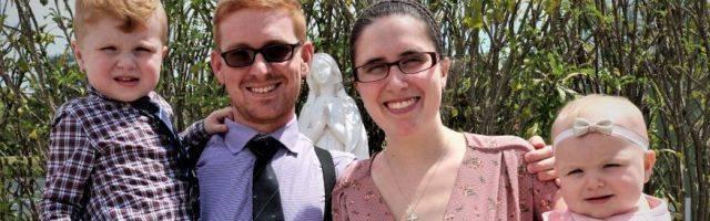 Christopher, su esposa Kristin y sus dos hijos: toda la familia se bautizó esta Pascua en Florida.