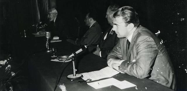 En primer término, Carlos Alberto Sacheri, uno de los más importantes intelectuales católicos de la segunda mitad del siglo XX en Argentina. Fue asesinado cuando salía de misa en compañía de su esposa y sus hijos.