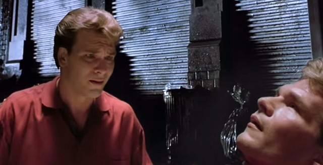 La muerte es, propiamente hablando, la separación del alma y el cuerpo. Pero el ser humano vivo es un compuesto indisociable de cuerpo y alma, no un alma que dispone de su cuerpo en propiedad como algo ajeno a la personalidad. Imagen: Patrick Swayze en una escena de «Ghost» (1990), de Jerry Zucker (donde Demi Moore y Whoopi Goldberg completan el elenco protagonista).