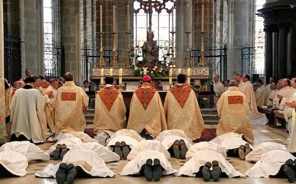 Ordenación sacerdotal en la Comunidad de San Martín, en Evron (Mayenn), a la que no faltan vocaciones. Foto: © Presse / Commaunauté Saint Martin.