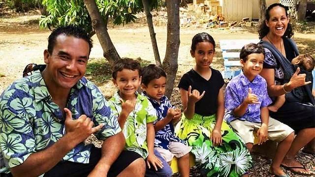 Dallas, Monica y sus cinco hijos son una familia católica de Hawai.