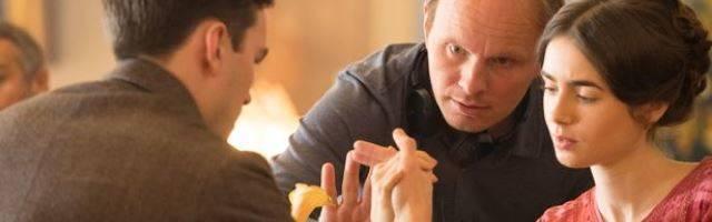 Dome Karukoski, director del biopic Tolkien, orienta a los protagonistas en una romántica escena de la película