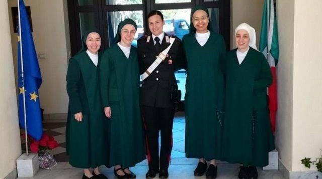 Ilenia, todavía con su uniforme policial con algunas de las que ahora son sus hermanas religiosas