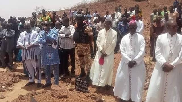 Autoridades políticas y religiosas en el funeral de los mártires de Dablo, que fueron asesinados por yihadistas el domingo 12 de mayo cuando estaban en misa
