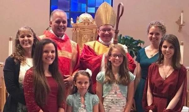 Drake, como diacono, con su mujer y sus hijos junto al obispo Monforton