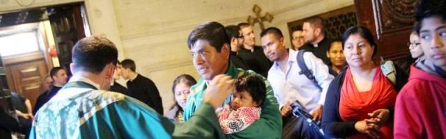 Una familia hispana en misa... la asistencia frecuente a servicios religiosos va ligado a más satisfacción en la vida de pareja