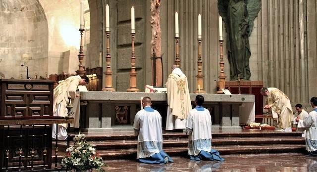 El padre Anderson, durante la celebración de la misa en el altar mayor de la abadía del Valle de los Caídos.