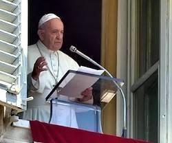 Hay que comulgar cada día como en la Primera Comunión, dijo el Papa, recordando que es Jesús vivo quien viene a nosotros.