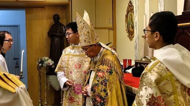 El cardenal Zen se prepara para decir misa tradicional en Hong Kong.