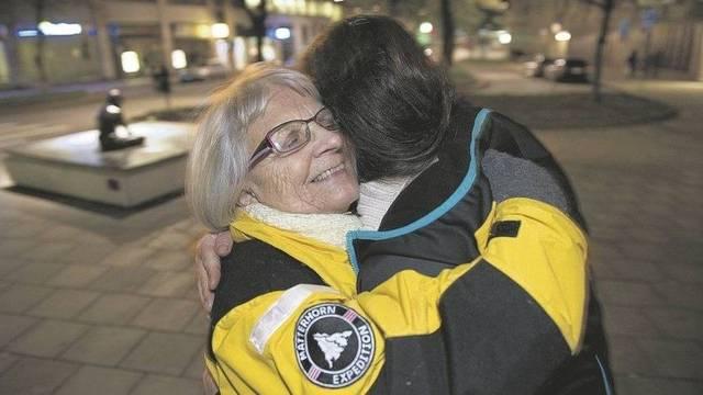Elise Lindqvist abraza a una mujer de la calle en Estocolmo
