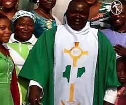 El padre Kato es muy querido por sus fieles, que tuvieron ocasión de demostrárselo al enfrentarse a terroristas armados para evitar su muerte.