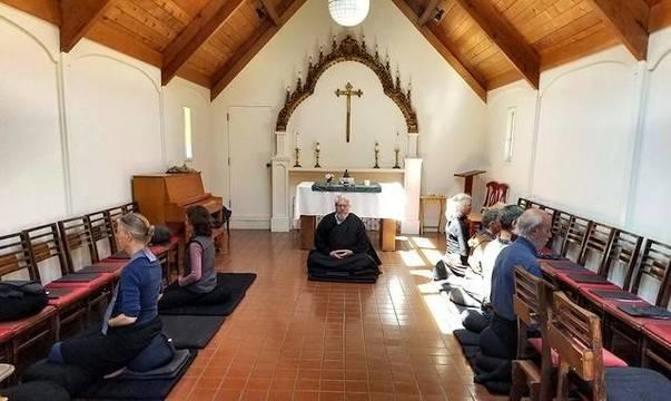Numerosos centros cristianos amparan cursos y sesiones de espiritualidad zen, budismo, yoga, reiki, «mindfulness»... La imagen corresponde a una iglesia episcopaliana en California.
