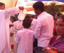 Media aldea de etnia santal se bautiza en BanglaDesh; poco a poco las aldeas animistas adoptan la fe católica por el trabajo de misioneros y catequistas