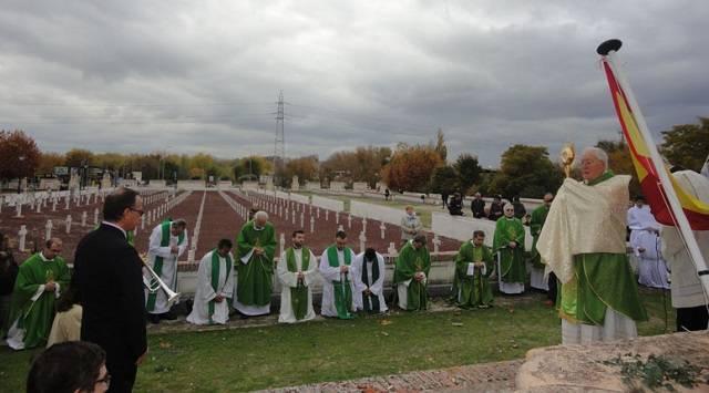 Monseñor Reig Pla, obispo de Alcalá, bendiciendo el cementerio de los Mártires de Paracuellos y a los fieles presentes el pasado año