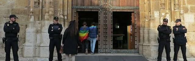 La Policía tiene que proteger la catedral de Alcalá en abril de 2019 ante amenazas de activistas LGTB - Foto de Mario Escribano para Alcalá Hoy
