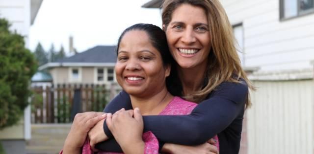 La periodista Tollet abraza a Asia Bibi, de la que escribió durante 10 para ayudar a mantenerla viva - foto de François Thomas
