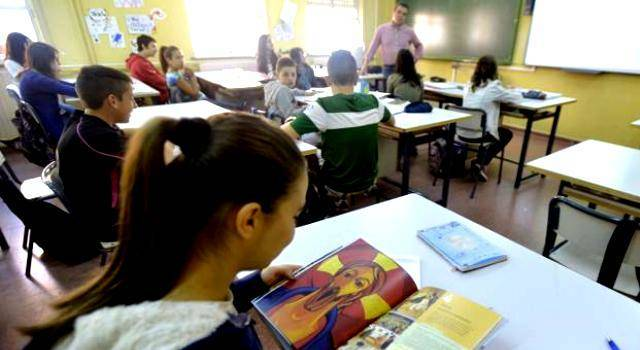 Una alumna hojea el libro de la asignatura de religión... los gobiernos de izquierda en España intentan reducirla al máximo