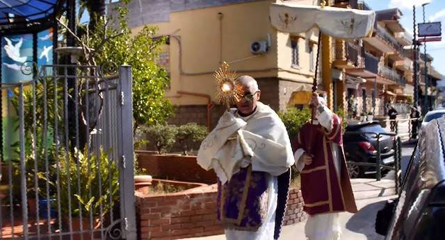Leonardo Ricotta recorre las calles de su término parroquial bendiciéndolas con el Santísimo para protegerlas del coronavirus.