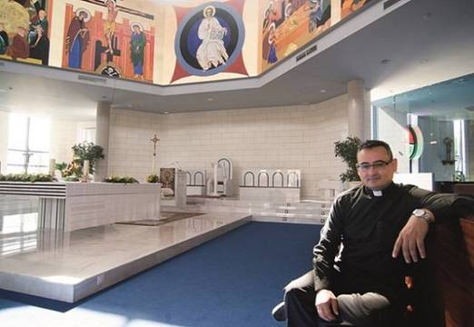 Jorge Revuelta, en su parroquia de El Pilar de Valdemoro... el templo -como todos en la diócesis de Getafe -está cerrado