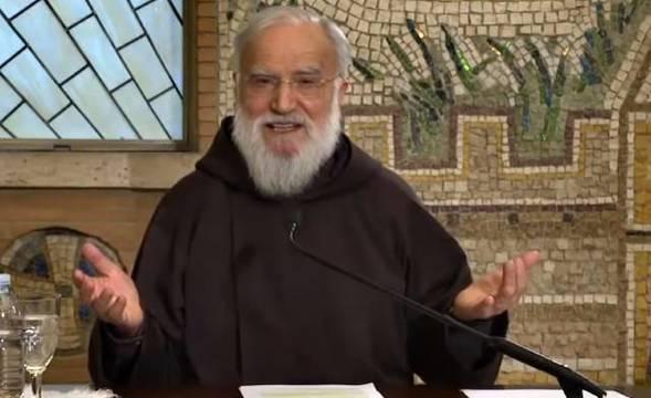 El padre Cantalamessa explicó que la maternidad espiritual de María sobre nosotros es concebirnos y darnos a luz espiritualmente, como hizo con Jesús.