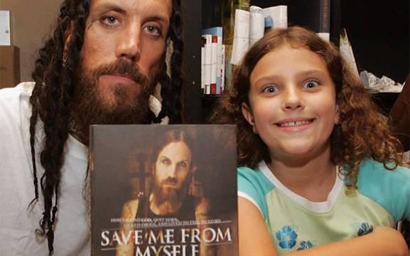 Brian y su hija durante la presentación del libro Save me from myself, en el que narra su conversión