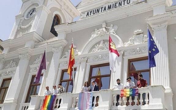 La bandera del lobby gay y la bandera transexual en el Ayuntamiento de Gudalajara en 2019... algo ilegal, confirmaría el Tribunal Supremo