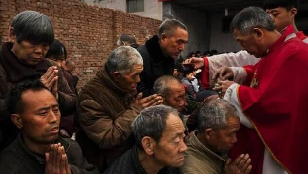 Los católicos chinos llevan décadas sufriendo la persecución del régimen comunista