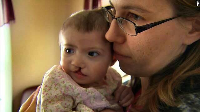 Crystal con Seraphina, en 2013. Un caso, con rostro y nombre, que muestra la deshumanizacion inherente al negocio de los vientres de alquiler. Foto: CNN.
