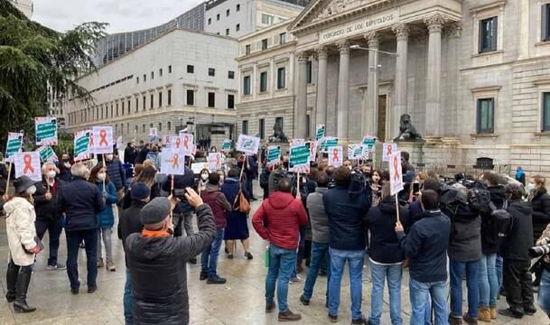 Además de la recogida masiva de firmas han comenzado las movilizaciones y concentraciones contra esta ley, como esta frente al Congreso