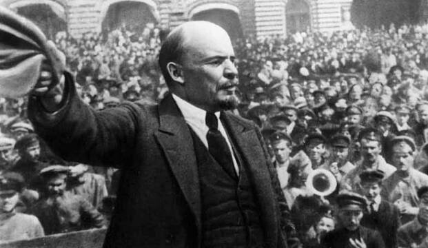 Lenin, dirigiéndose a las masas